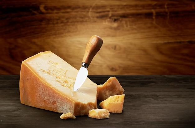 Queso parmesano sobre madera