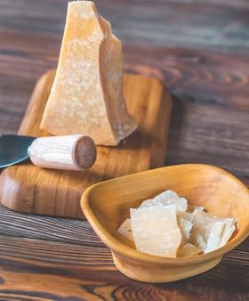 Queso parmesano sobre tabla de piedra