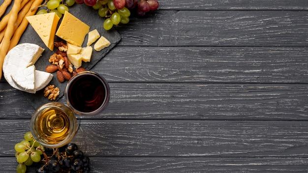 Queso plano en la mesa para degustación de vinos.