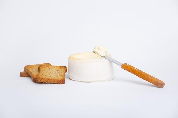 Queso suave, pan tostado y cuchillo