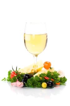 Queso y vino blanco sobre blanco