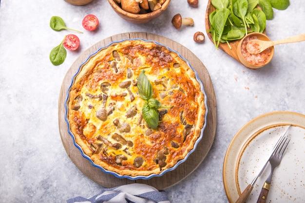 Quiche casera lorraine con pollo, champiñones, queso. . cocinando. especias, mantequilla. tarta.