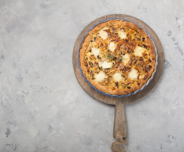 Quiche casera lorraine con pollo, champiñones, queso y tocino.