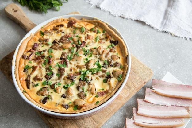 Quiche hecha en casa con pollo, champiñones, queso y tocino.