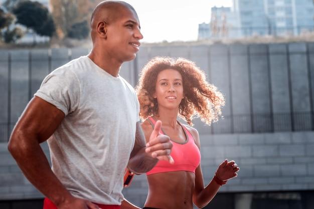 Quién ganará. personas activas positivas que corren juntas mientras compiten por la victoria