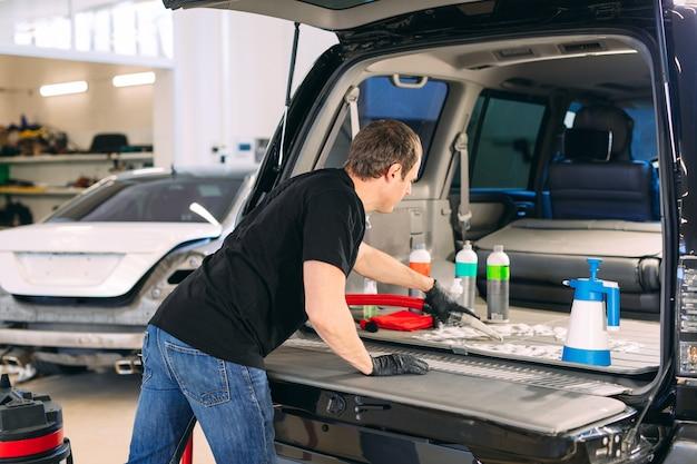 Químico de autos. tratamiento químico de la cajuela del automóvil.