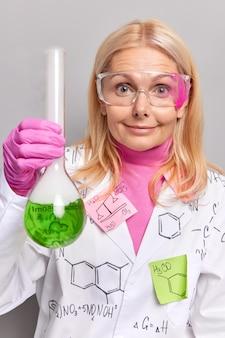 Los químicos muestran los resultados de la mezcla de reactivos.