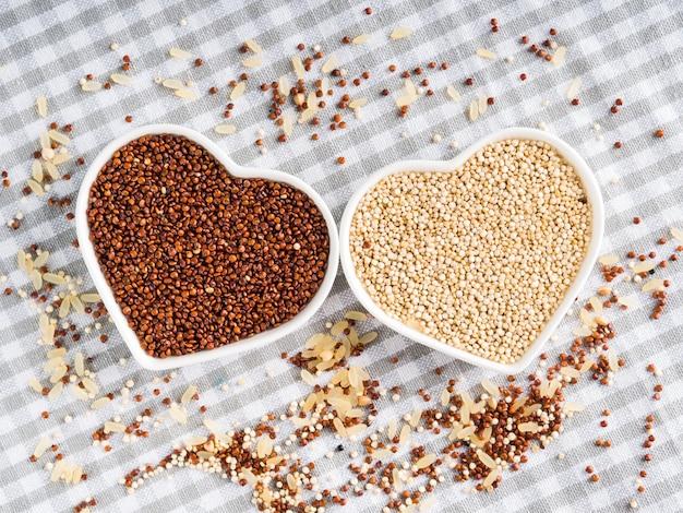 Quinua de grano sin gluten en tazones sobre la mesa de la cocina