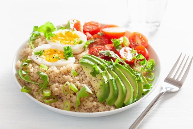 Quinua con huevo cocido, aguacate, tomate, rúcula. desayuno saludable