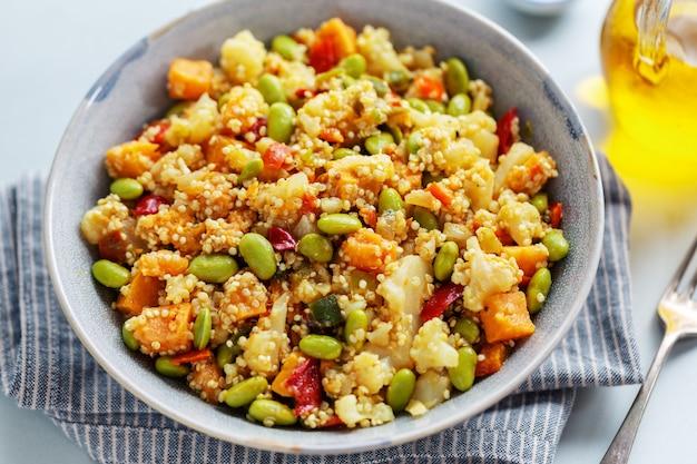 Quinua con verduras cocinadas para el almuerzo o la cena y servidas en un tazón. de cerca.