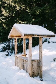 Un quiosco de madera en la nieve. un punto de comercio con recuerdos llenos de nieve en invierno.