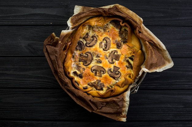 Quishe con setas en un plato de madera