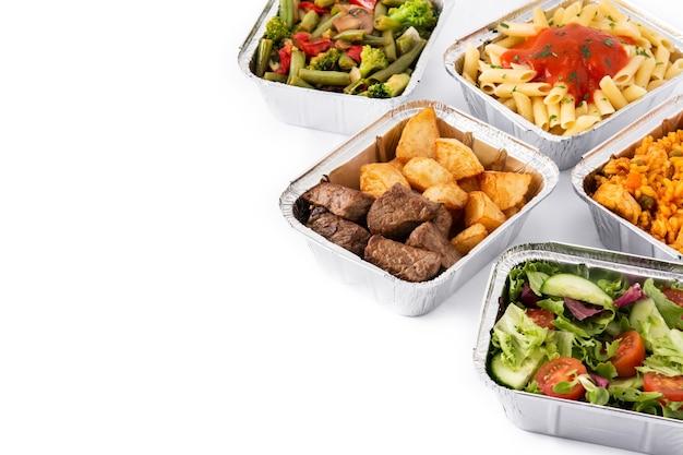 Quitar alimentos saludables en cajas de papel de aluminio aisladas en blanco