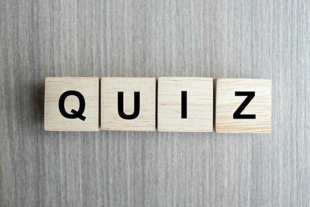 Quiz texto cubo de madera en mesa de madera