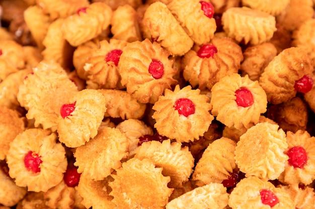 Qurabiya. galletas de mantequilla caseras con mermelada en el centro