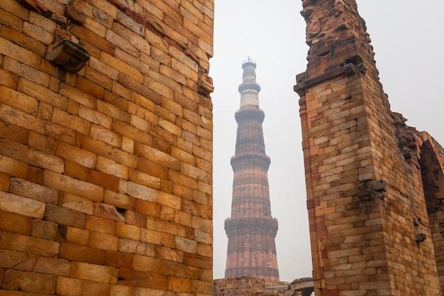 El qutb minar es un minarete que forma parte del complejo qutb, patrimonio de la humanidad en el área de mehrauli en delhi, india.