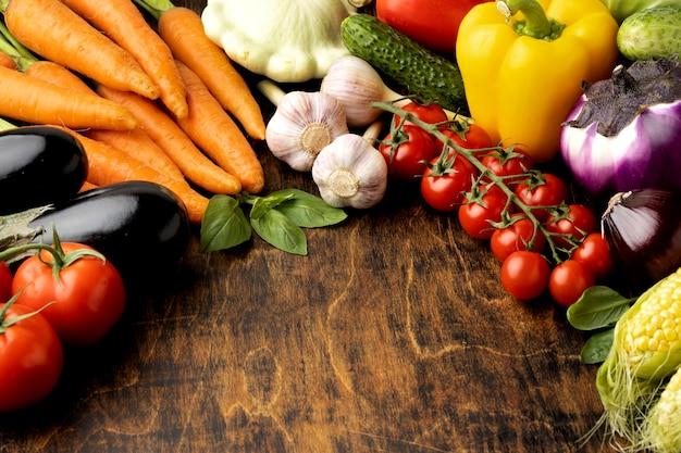 Racimo de alto ángulo de surtido de verduras frescas con espacio de copia