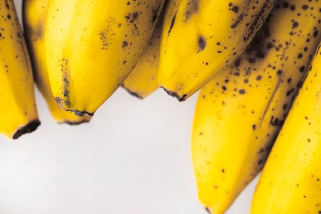 Racimo de plátanos amarillos maduros