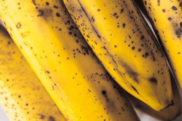 Racimo de plátanos maduros con manchas oscuras.