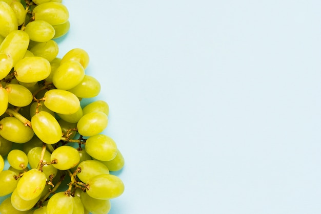 Racimo de uva sobre fondo azul
