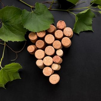 Racimo de uvas hecho de corchos