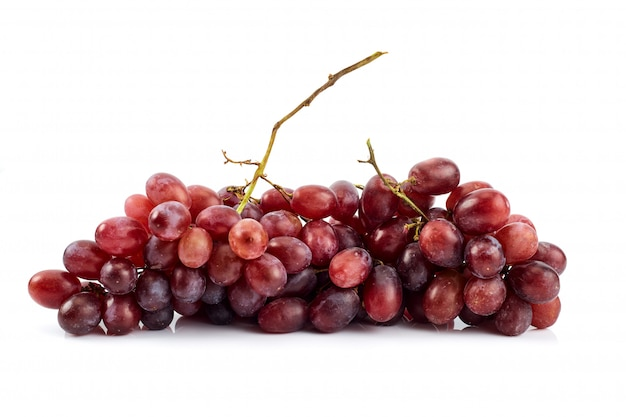 Racimo de uvas jugosas maduras frescas en blanco