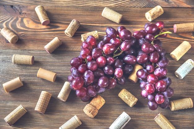 Racimo de uvas en madera