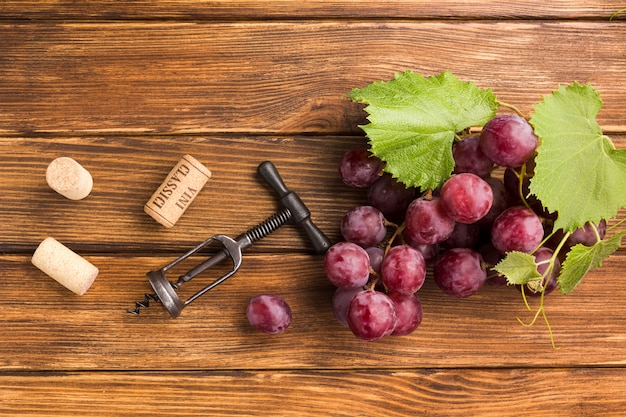 Racimo de uvas en mesa de madera