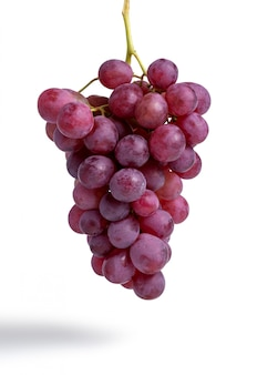 Racimo de uvas rojas aisladas en blanco