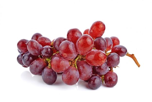 Racimo de uvas rojas aisladas sobre fondo blanco.
