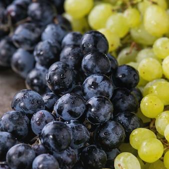 Racimos de uvas rojas y blancas