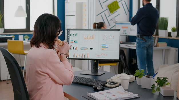 Racks se centran en empresarios que trabajan en estadísticas financieras con pausas para comer durante el almuerzo para llevar