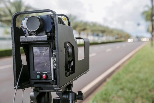 Radar de la policía instalado cerca de la carretera para controlar el límite de velocidad.