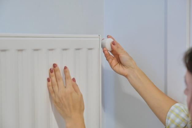 El radiador de calefacción manual regula la temperatura con el regulador del termostato