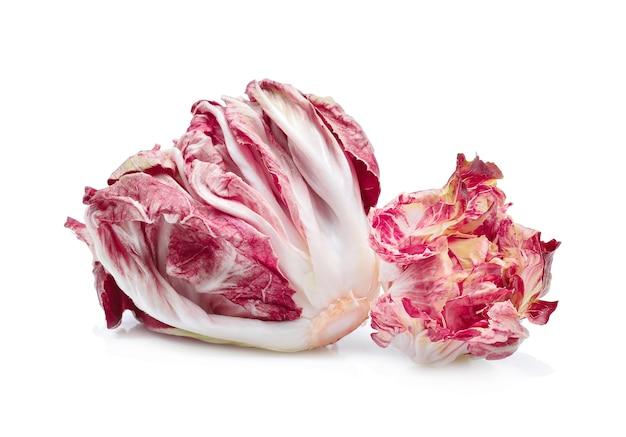 Radicchio, ensalada roja aislado sobre fondo blanco.