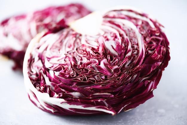 Radicchio, ensalada violeta morada sobre hormigón gris. copia espacio, de cerca concepto crudo, vegano, vegetariano.