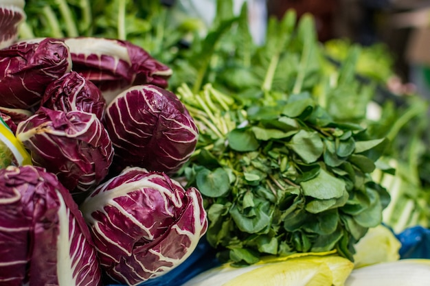 Radicchio y verdes en el mercado