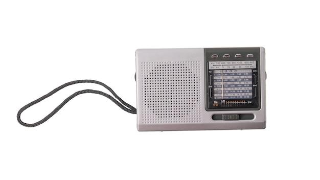 Radio analógica vintage aislada sobre fondo blanco.