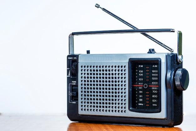 Radio antigua en una mesa