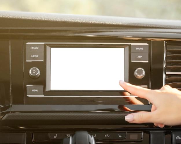 Radio de coche y mano de primer plano