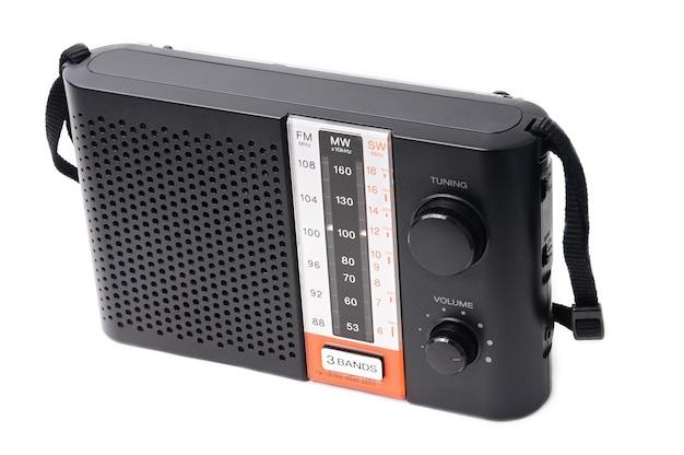 Radio vintage para escuchar programas de radio en un blanco aislado