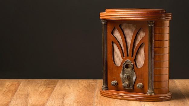 Radio vintage de lujo en espacio de copia de tablero de madera