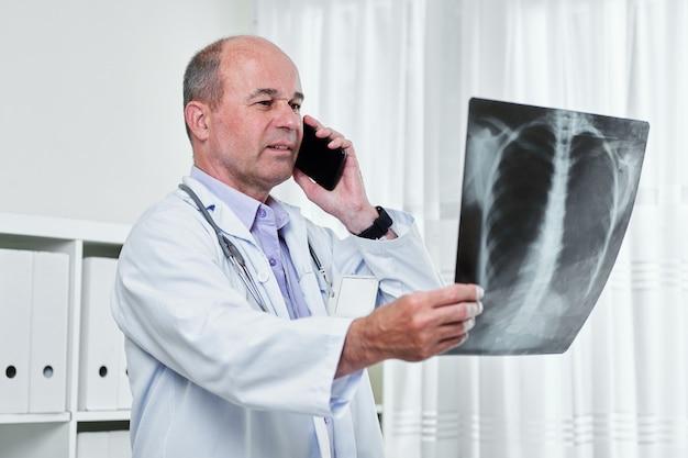 Radiólogo llamando al paciente