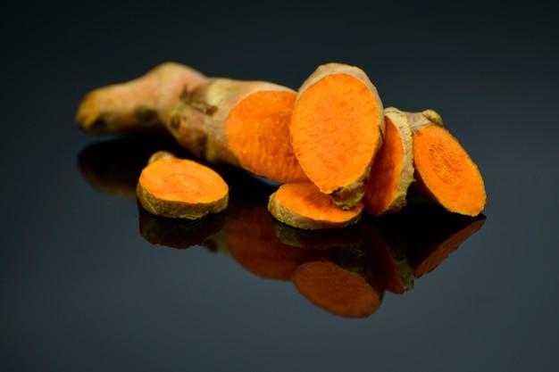 Raíz de cúrcuma (curcuma longa l.) para medicina alternativa, productos de spa e ingredientes alimentarios.