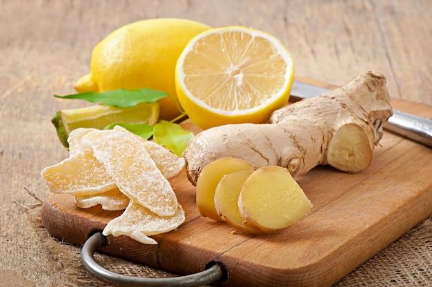 Raíz de jengibre fresco, jengibre confitado y limón