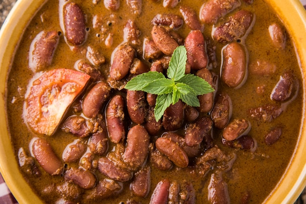 Rajma or razma es una comida popular del norte de la india, que consiste en frijoles rojos cocidos en una salsa espesa con especias. servido en un tazón con arroz jeera y ensalada verde