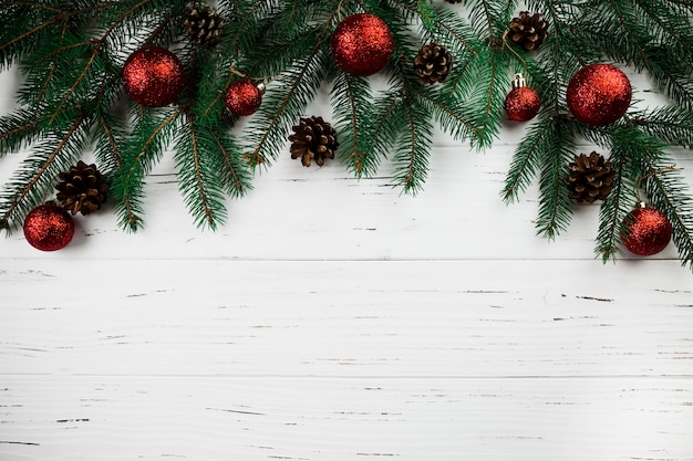 Rama de abeto con adornos navideños
