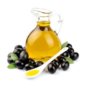 Rama con aceitunas y una botella de aceite de oliva
