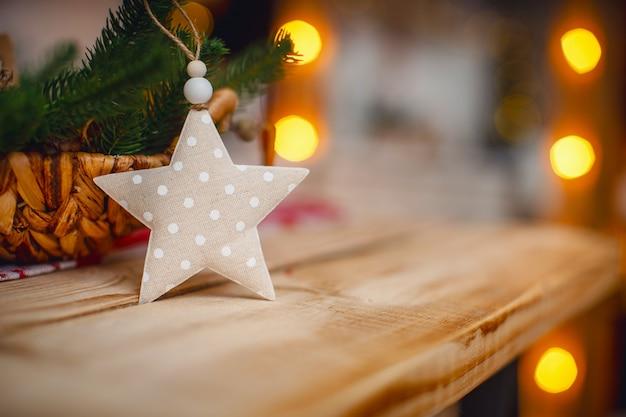 Rama de árbol de navidad con decoración en forma de estrella