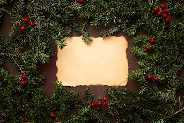 Rama de un árbol de navidad con maqueta